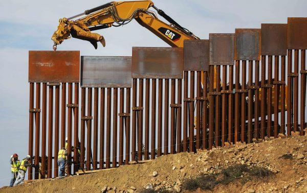 Un equipo de construcción instala nuevas secciones del muro fronteriza México-Estados Unidos reemplazando cercas más pequeñas el 11 de enero de 2019. (Mario Tama   Getty Images)