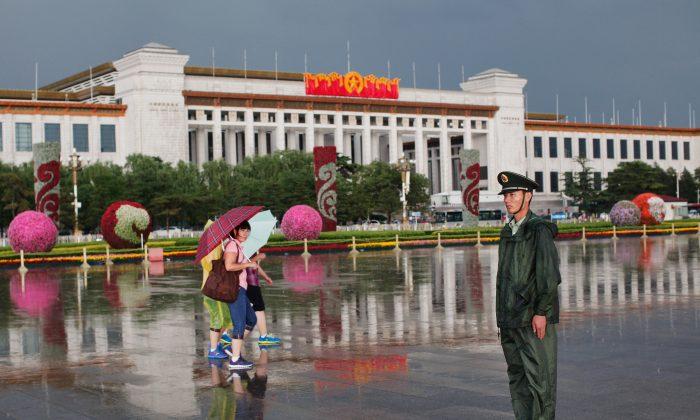 Un policía paramilitar chino hace guardia en la Plaza de Tiananmén en Beijing, 9 de junio de 2012. (Lintao Zhang/Getty Images)