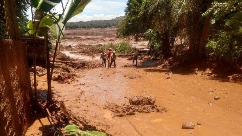 Rotura de una represa de la minera Vale en jurisdicción de Brumadinho, municipio en el estado de Minas Gerais, Brasil. (Captura video)