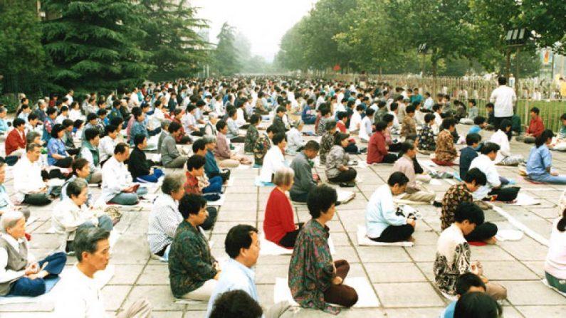 Miles practicando Falun Dafa en Beijing en 1998, antes del inicio de la más terrible persecución a manos del régimen comunista chino a millones que creen en Verdad, Benevolencia y Tolerancia; este 2019 cumple 20 años. (Crédito: Minghui.org)