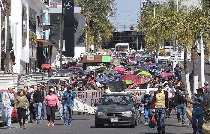 Maestros de la Coordinadora Nacional de Trabajadores de la Educación (CNTE) retomaron este sábado sus bloqueos en vía férreas en el estado de Michoacán, a pesar de que hace dos días acordaron retirarse de las vías tras 17 días de paro. EFE/ Ivan Villanueva