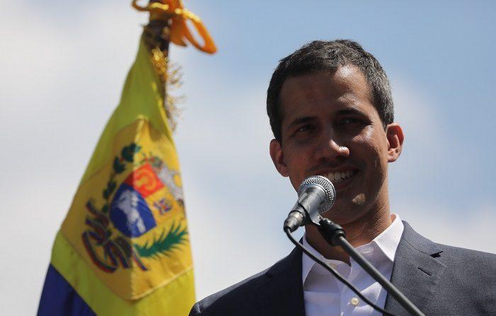 El presidente de la Asamblea Nacional de Venezuela, Juan Guaidó, pronuncia un discurso en una marcha opositora este sábado en Caracas (Venezuela). Las concentraciones opositoras al presidente de Venezuela, Nicolás Maduro, están convocadas en toda Venezuela y en distintos países. EFE/ Miguel Gutiérrez