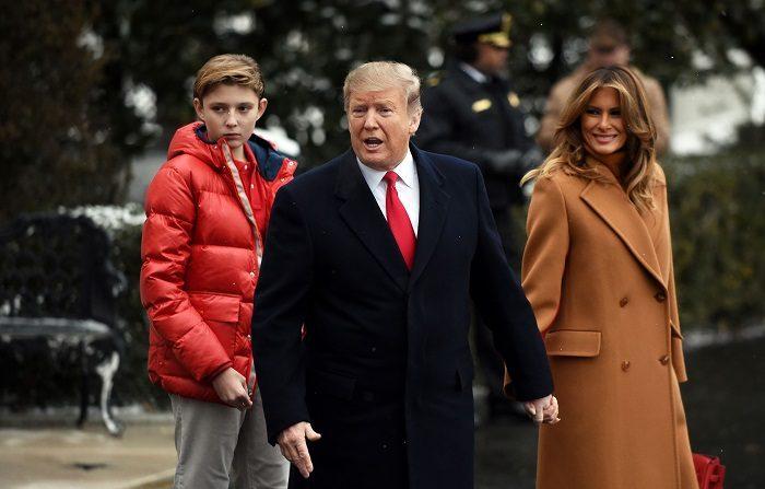 El presidente de EE.UU., Donald Trump, admitió este domingo que le costaría permitir que su hijo pequeño, Barron, de 12 años, jugara al fútbol americano, aunque aseguró que en última instancia dejaría que él decidiera. (Estados Unidos) EFE/EPA/OLIVIER DOULIERY