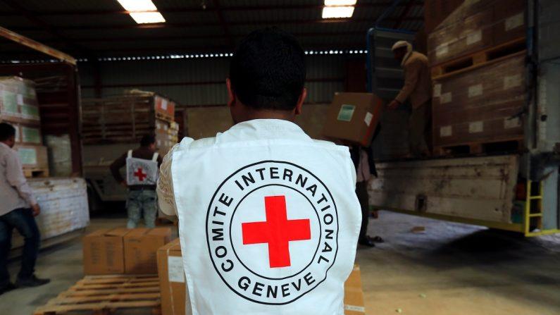 Un miembro del personal del Comité Internacional de la Cruz Roja descarga cajas con suministros médicos, Saná, Yemen. EFE/ Yahya Arhab