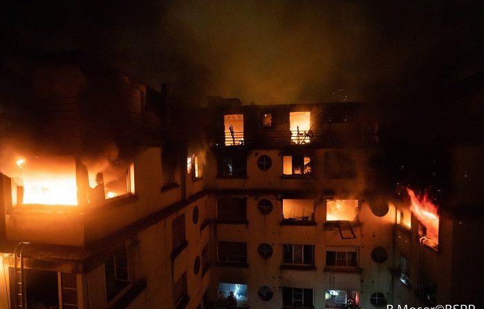 Las llamas devoran las últimas plantas del edificio de 8 plantas, situado en el distrito 16 de París, en el que este martes se ha declarado un incendio. EFE/ Benoit Moser FOTO CEDIDA