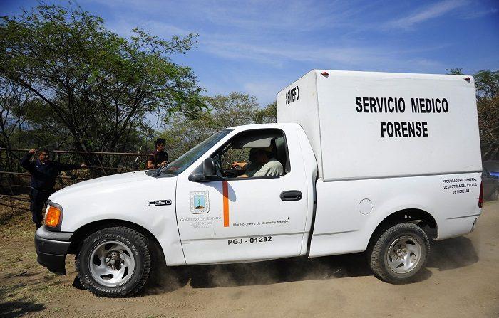 Un vehículo del Servicio Médico Forense ingresa el miércoles 11 de diciembre de 2013, a la zona donde fueron localizados seis cadáveres en una fosa clandestina ubicada en el paraje Ahuatitla, municipio de Amacuzac, en el estado Morelos (México). EFE/STR