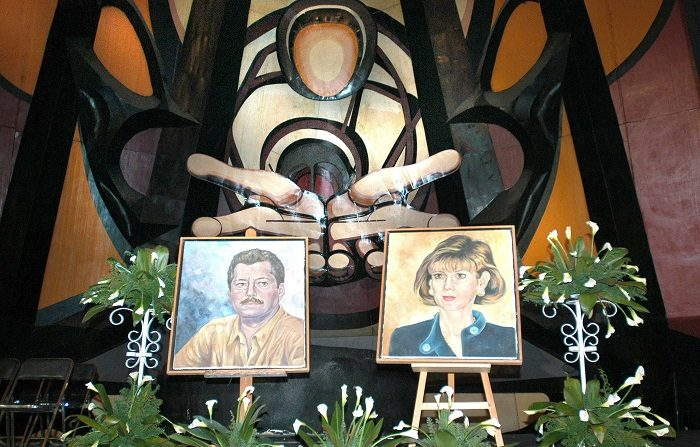 El cuadro de Luis Donaldo Colosio (izda), candidato del PRI a la presidencia de México asesinado hace 10 años, y de su esposa Diana Laura Riojas de Colosio (dcha), muerta meses después del crimen, son exhibidos en el Polyforum Cultural Siqueiros, de la capital mexicana, donde se ofreció un homenaje en honor del 54 aniversario de su nacimiento . El crimen del candidato efectuado el 23 de marzo de 1994 cuando era virtual ganador de la presidencia, convulsionó a la sociedad mexicana y hasta la fecha su crimen sigue sin resolverse. EFE/Mario Guzmán