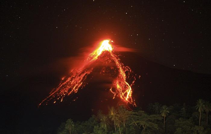 Las autoridades de indonesia decretaron el estado de emergencia en la isla de Siau tras las continuas erupciones de lava y ceniza del volcán Karangetang que causaron la evacuación de más de un centenar de personas y aislado algunos pueblos, informaron hoy fuentes oficiales. EFE/Romy