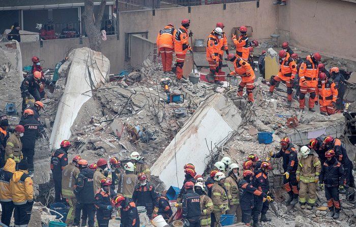 El número de muertos por el derrumbe de un edificio de ocho plantas en Estambul asciende a 21, informó hoy la emisora turca NTV. EFE