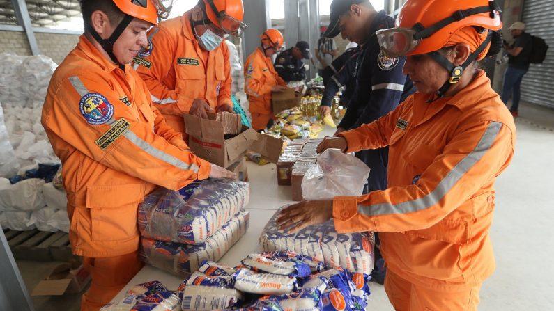 Autoridades organizan este viernes el cargamento con la ayuda humanitaria para Venezuela en un centro de acopio dispuesto en el puente internacional de Tienditas, en Cúcuta (Colombia). EFE