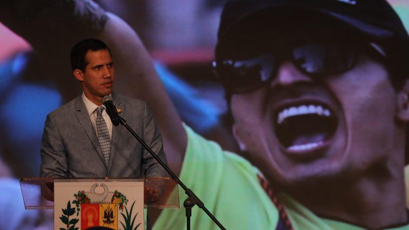 El presidente encargado de Venezuela, Juan Guaidó, habla durante un acto en el que participan la sociedad civil, representantes de las universidades nacionales, entre otros sectores de la población, en el aula magna de la Universidad Central de Venezuela, en Caracas. EFE