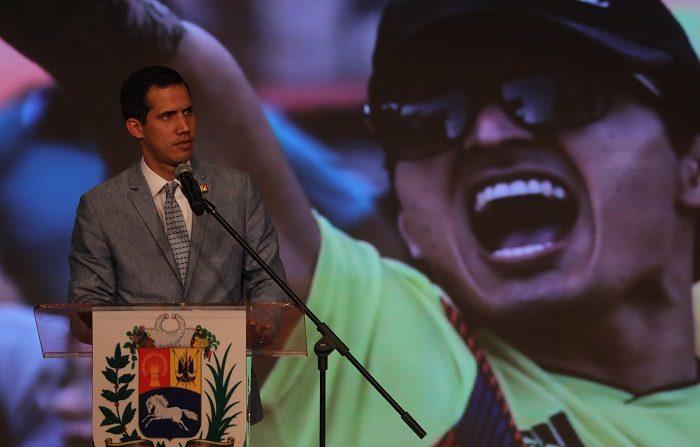 El Presidente encargado y jefe del Parlamento, Juan Guaidó, habla durante un acto en el que participan la sociedad civil, representantes de las universidades nacionales, entre otros sectores de la población, este viernes, en el aula magna de la Universidad Central de Venezuela (UCV), en Caracas (Venezuela). EFE