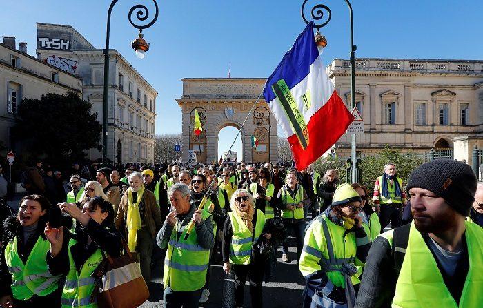 """Los """"chalecos amarillos"""" vuelven este sábado a manifestarse en las calles de Francia en el que será el décimo tercer sábado de movilización, casi tres meses después del inicio de las protestas, tras haber reunido en su última concentración nacional a 58.600 personas en el país. EFE/Guillaume Horcajuelo"""