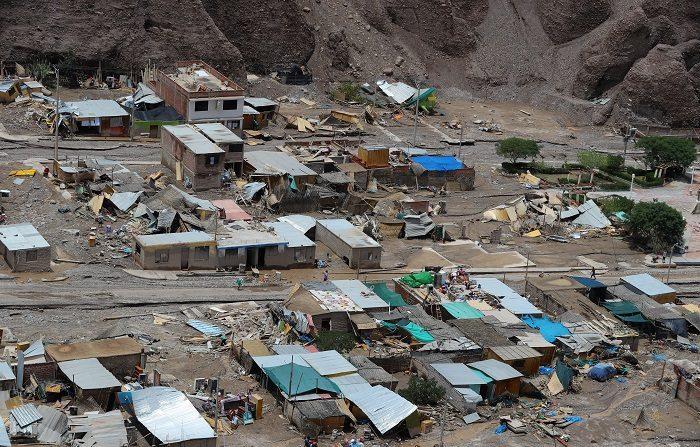 Fotografía aérea cedida el 9 de febrero de 2019 por la Presidencia de Perú que muestra viviendas destruidas e inundadas por un deslizamiento de tierra en el distrito de Mirave, en la región surandina de Tacna (Perú). EFE/Andrés Valle