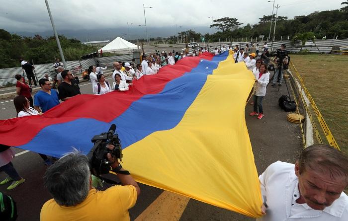 Más de 30 médicos venezolanos participan en una manifestación este domingo en el puente Tienditas, uno de los que conecta a Venezuela con Colombia, en Cúcuta (Colombia). EFE/Mauricio Dueñas Castañeda