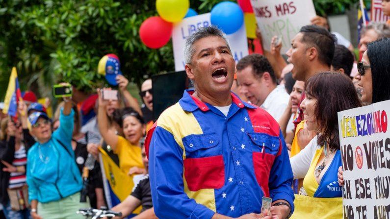 Convocadas por organizaciones como Venezolanos Perseguidos Políticos en el Exilio (Veppex) y representantes de partidos políticos opositores, los manifestantes se congregaron con banderas y pancartas en la avenida Brickell, en el corazón del distrito financiero de Miami. EFE/Andy Ale