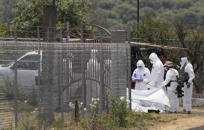La Fiscalía General del estado mexicano de Michoacán anunció este lunes que investiga cinco cadáveres hallados en un vehículo abandonado en una carretera y que la prensa asegura corresponden a policías desaparecidos la semana pasada..EFE//Luis Enrique Granados