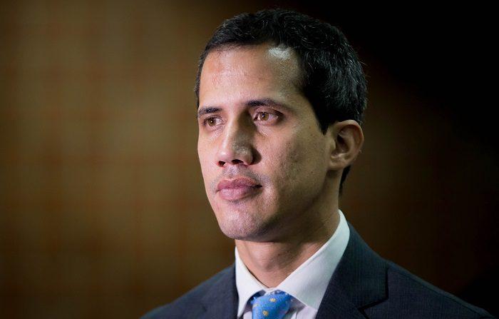 """El jefe del Parlamento de Venezuela, Juan Guaidó, quien se proclamó mandatario interino del país en enero pasado, ofrece una entrevista a Efe, este lunes en Caracas (Venezuela). Desde el rol que asumió como presidente encargado de Venezuela, Guaidó señala directamente a las Fuerzas Armadas como el factor que hoy sostiene """"al dictador"""", en referencia al gobernante Nicolás Maduro. EFE/ Miguel Gutiérrez"""