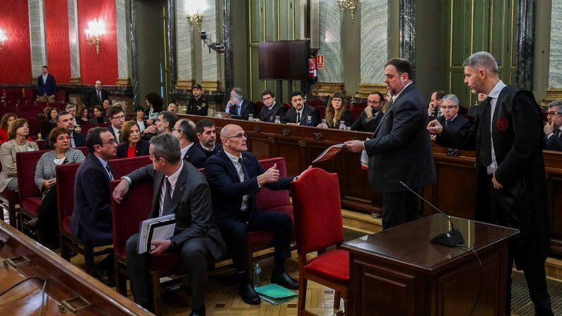 """Los doce líderes independentistas acusados por el proceso soberanista catalán que derivó en la celebración del 1-O y la declaración unilateral de independencia de Cataluña (DUI), en el banquillo del Tribunal Supremo al inicio del juicio del """"procés"""". EFE"""