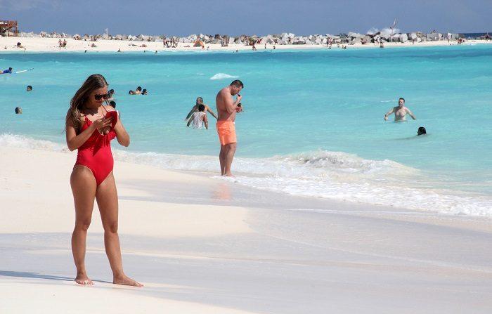 Vista general de las playas del centro de recreo de Cancún, en el estado de Quintana Roo (México), donde turistas volvieron a disfrutar de sus cálidas aguas tras varios días de lluvias. EFE/Alonso Cupul
