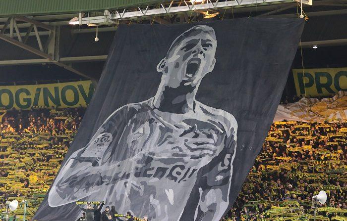 Hinchas rinden homenaje al futbolista argentino Emiliano Sala, antes del partido de fútbol de la Liga Francesa entre Nantes y Saint Etienne, en el estadio La Beaujoire en Nantes, el pasado 30 de enero. EFE / EDWARD BOONE