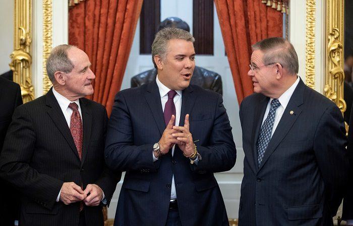 El presidente de Colombia, Iván Duque Márquez (c), fue registrado este jueves, al conversar con los senadores estadounidenses Bob Menéndez (d) y James Risch (i), miembros del Comité de Relaciones Exteriores del Senado estadounidense, en Washington, D.C. (EE.UU.). EFE/ Erik S. Lesser