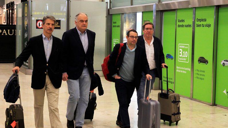 Esteban González Pons (2i), portavoz de la delegación española del Partido Popular en el Parlamento Europeo (PE), a su llegada este lunes y al aeropuerto Madrid-Barajas Adolfo Suárez, después de que Venezuela expulsara este domingo a una misión de europarlamentarios que iba a visitar el país y entrevistarse con presidente encargado, Juan Guaidó. EFE