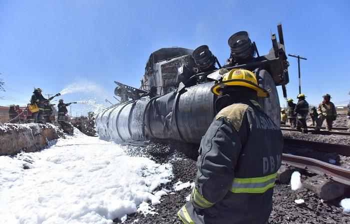 Bomberos sofocan el fuego en el sitio donde por lo menos dos personas murieron y dos más resultaron heridas este lunes a causa de la colisión de un camión cisterna que transportaba gasolina y un tren de carga en el central estado mexicano de Aguascalientes, informaron fuentes oficiales. EFE