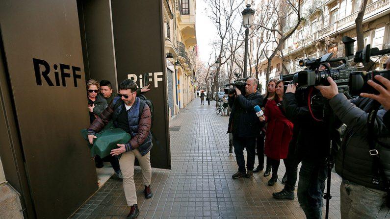Dos inspectores de la consellería de Sanidad abandonan el restaurante RiFF de València. El establecimiento ha hecho pública una nota en la que asegura que permanecerá cerrado al público hasta que se puedan esclarecer las causas de las afecciones gástricas que han sufrido varios clientes del establecimiento, una de las cuales ha fallecido. (EFE)