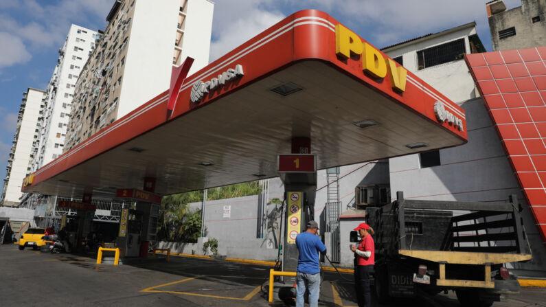 Vista de una estación de gasolina de Petróleos de Venezuela (Pdvsa), en Caracas (Venezuela). EFE/Archivo
