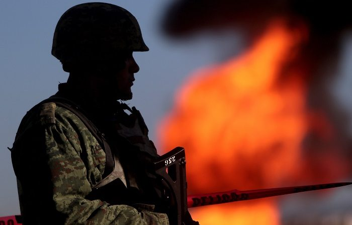 Las autoridades mexicanas trabajan para apagar el incendio de un ducto de combustible en el municipio de Huauchinango, en el céntrico estado de Puebla, un suceso que de momento no ha dejado víctimas, informó Protección Civil estatal. EFE/Hilda Ríos