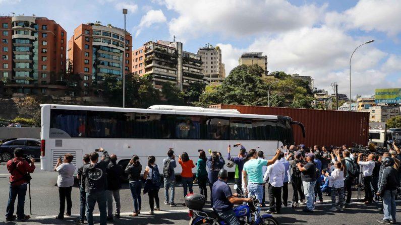 Uno de los buses en los que en los que partieron miembros de la Asamblea Nacional de Venezuela, fueron registrados antes de partir rumbo a la frontera con Colombia, en la autopista Francisco Fajardo de Caracas (Venezuela). EFE