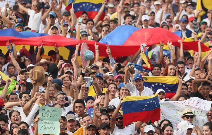 Cientos de personas comienzan a llegar para asistir al concierto Venezuela Aid Live este viernes, en Cúcuta (Colombia). EFE/ Mauricio Dueñas Castañeda
