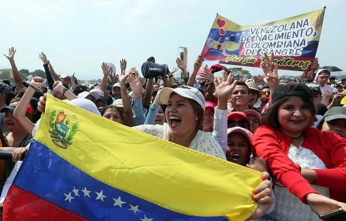 Decenas de personas disfrutan del concierto Venezuela Aid Live este viernes, en el puente fronterizo de Tienditas, en Cúcuta (Colombia). EFE/Mauricio Dueñas Castañeda