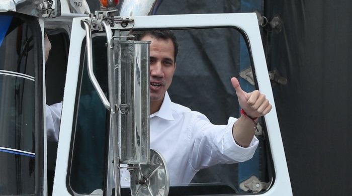 El presidente encargado de Venezuela, Juan Guaidó, saluda este sábado desde un camión, en Cúcuta (Colombia). EFE/Mauricio Dueñas Castañeda