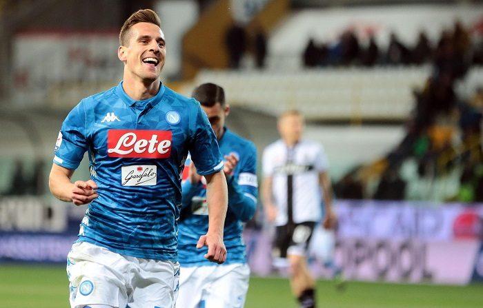 El polaco Arkadiusz Milik anotó este domingo la tercera falta directa de su temporada y alcanzó al argentino Lionel Messi como jugador que más golpes francos transformó este año, en un partido que el Nápoles ganó 4-0 en el campo del Parma en la 25a jornada de la Serie A italiana (Primera División). EFE