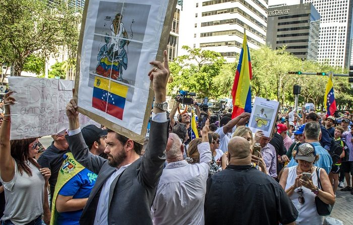 La organización Venezuela Awareness Foundation (VAF) destacó hoy que los venezolanos fueron los solicitantes de asilo más numerosos en Estados Unidos en 2018 y también en el primer mes de 2019, cuando presentaron 2.064 peticiones. EFE/Giorgio Viera