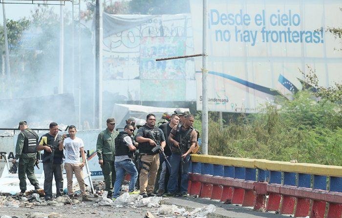 Miembros de las Fuerzas de Seguridad venezolanas montan guardia en el lado venezolano del puente Francisco de Paula Santander, en la frontera entre Cúcuta. (Colombia) y Venezuela. EFE/Mauricio Dueñas Castañeda