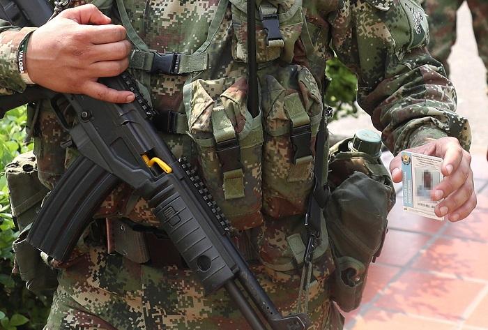 Un militar muerto y otros 11 heridos en la explosión de un camión en Colombia