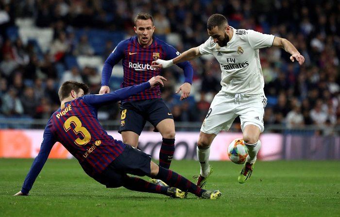 Real Madrid y Barcelona vuelven a encontrarse en el Santiago Bernabéu tres días después de la vuelta de la semifinal copera, en la que imperó la pegada del cuadro azulgrana, que ahora intenta repetir la victoria para dar un jaque casi definitivo a La Liga e impedir que el cuadro de Santiago Solari y el propio Atlético de Madrid sueñen con la remontada. EFE/Kiko Huesca.