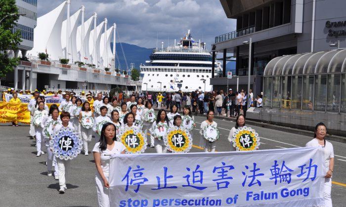 Practicantes de Falun Dafa con coronas blancas rinden homenaje a sus compañeros que murieron a causa de la tortura y la persecución en China, en un desfile en el centro de Vancouver, el 16 de julio de 2017. (Tang Feng/La Gran Época)