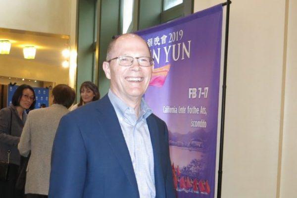 CEO se emociona hasta las lágrimas viendo Shen Yun