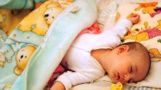 Mamá advierte a otros padres luego de que su bebé cae de la cama y sufre daño cerebral