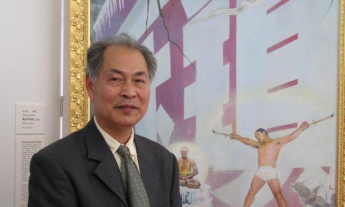"""El artista y escultor Kunlun Zhang frente a su cuadro """"Muralla Roja"""". Zhang dijo que la pintura es un retrato realista de algunos de los métodos de tortura utilizados contra los practicantes de Falun Dafa encarcelados en los campos de trabajo forzado de China. (La Gran Época)"""