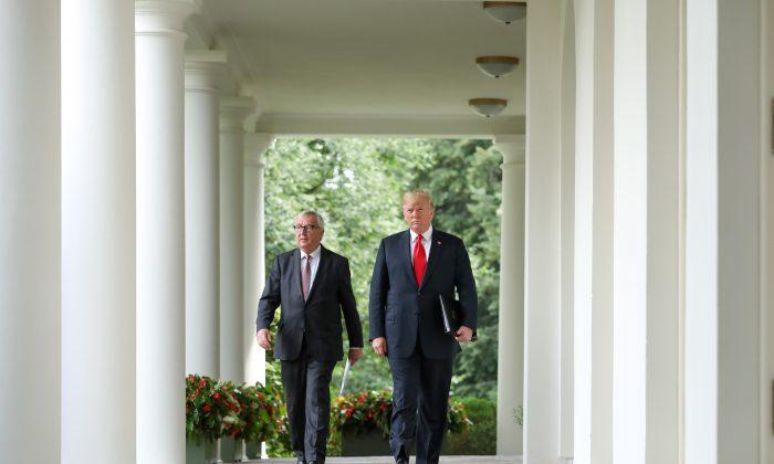 El Presidente Donald Trump se reúne con el Presidente de la Comisión Europea Jean-Claude Juncker en el Jardín de Rosas de la Casa Blanca en Washington el 25 de julio de 2018. (Samira Bouaou/La Gran Época)