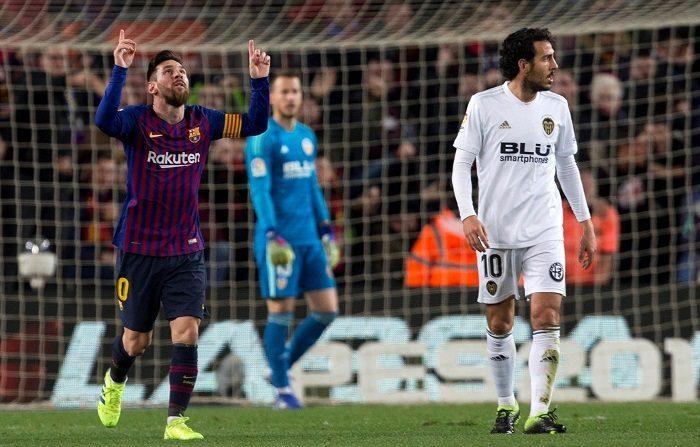 El delantero argentino del FC Barcelona Leo Messi celebra el segundo gol durante el partido de la jornada 22 de liga en Primera División que se disputa esta tarde en el estadio del Camp Nou entre el FC Barcelona y el Valencia CF. EFE/Quique García