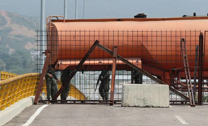 La Guardia venezolana bloquea este puente en desuso para evitar el ingreso de la ayuda humanitaria anunciada por el presidente de la Asamblea Nacional, Juan Guaidó, el pasado sábado. Si bien el puente fue inaugurado en 2016 se encuentra en desuso debido a los cierres de la frontera constantes, informaron vecinos a Efe. EFE/ Mauricio Dueñas
