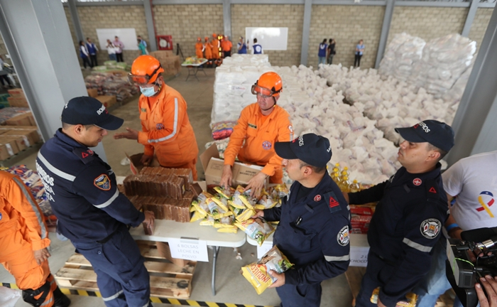 Autoridades organizan el cargamento con la ayuda humanitaria para Venezuela en un centro de acopio dispuesto en el puente internacional de Tienditas, en Cúcuta (Colombia). Los primeros camiones con la ayuda humanitaria llegaron 7 de febrero a Cúcuta, donde se trabaja en la logística para su entrega. EFE/Mauricio Dueñas Castañeda