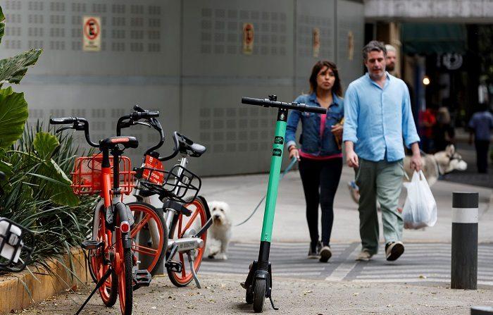 Estos ataques contra estos vehículos eléctricos que buscan constituir alternativas más limpias de movilidad en las ciudades surgen a raíz de la molestia que supone verlos aparcados sobre cualquier acera y se suman a los ya ocurridos en ciudades de Europa y Estado Unidos. EFE/José Méndez