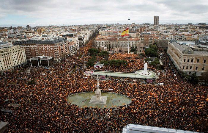 Vista general de la concentración convocada por PP, Ciudadanos y VOX este domingo en la plaza de Colón de Madrid, en protesta por el diálogo de Pedro Sánchez con los independentistas catalanes y en demanda de elecciones generales. EFE/Luca Piergiovanni